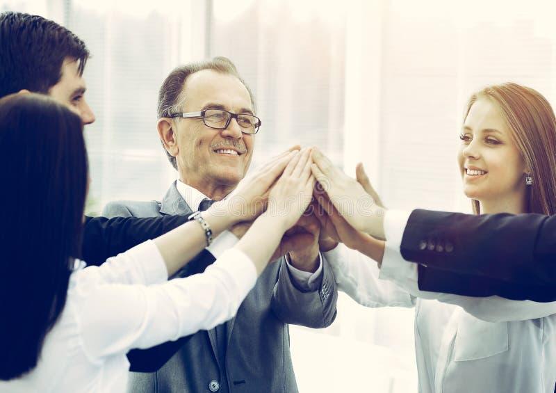 Gelukkige het commerci?le team vieren overwinning in bureau royalty-vrije stock fotografie