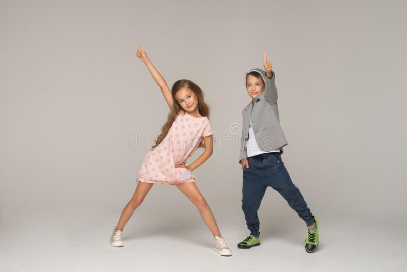 Gelukkige het dansen jonge geitjes stock foto's