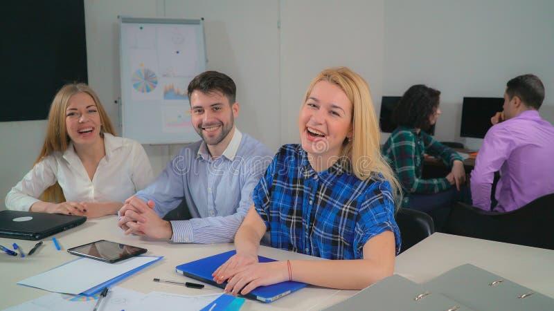 Gelukkige het glimlachen het commerciële team eindigen werkdag stock foto