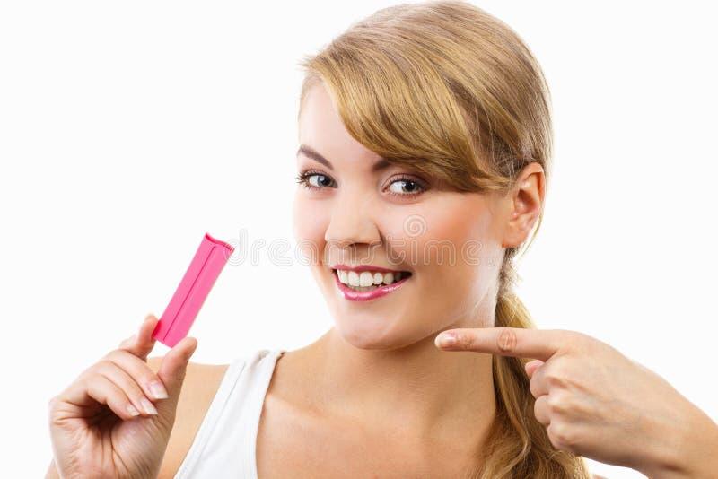 Gelukkige het glimlachen de zwangerschapstest van de vrouwenholding met positief resultaat royalty-vrije stock foto