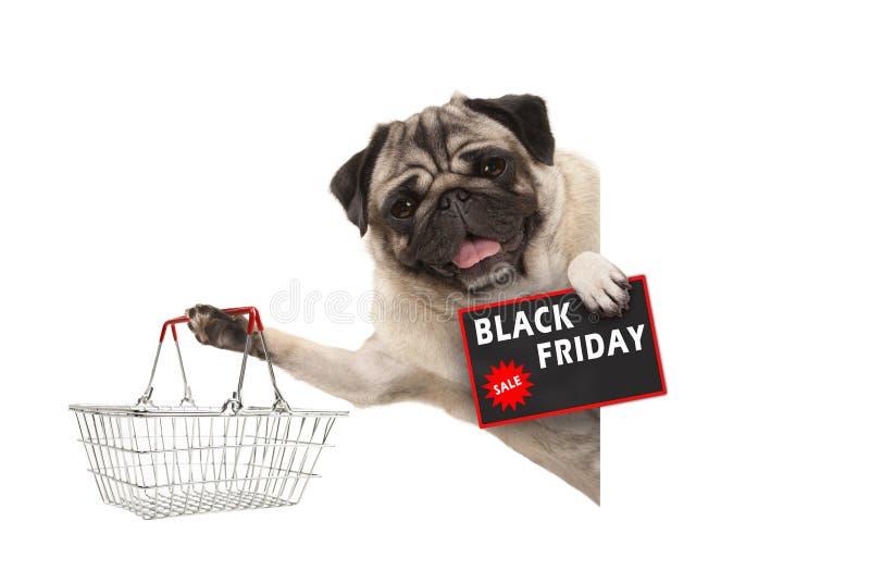 Gelukkige het glimlachen pug puppyhond, met draadmetaal het winkelen mand en Black Friday-Verkoopteken, achter witte banner royalty-vrije stock foto