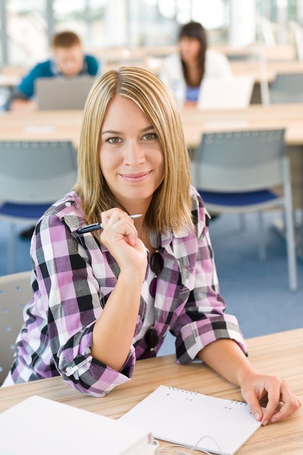 Gelukkige het glimlachen studentenstudie in het klaslokaal stock fotografie