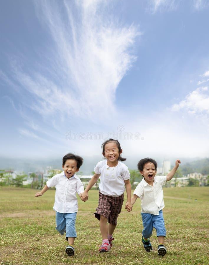 Gelukkige het lopen Aziatische jonge geitjes royalty-vrije stock afbeeldingen