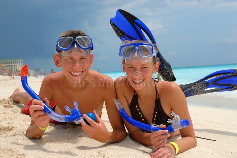 Gelukkige het snorkelen tieners stock foto's