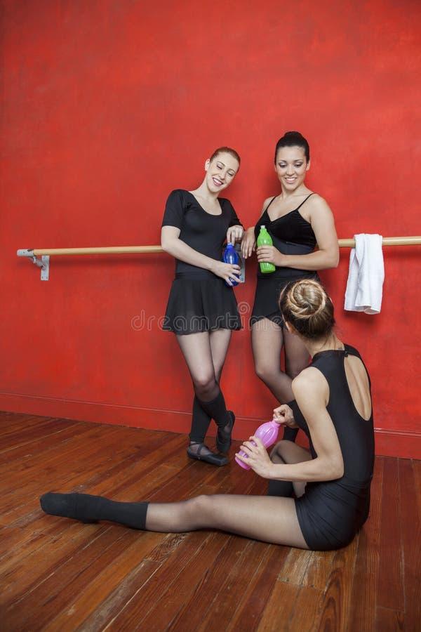 Gelukkige het Waterflessen van de Ballerina'sholding in Studio stock afbeeldingen