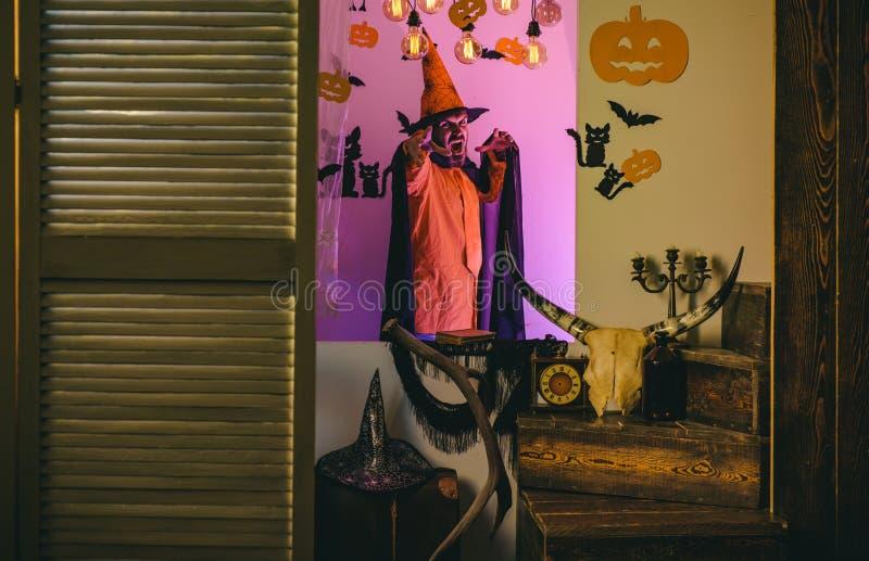 Gelukkige hipster met bloedige baard met pompoenen Halloween, vakantieviering De enge gezichtsmens met verschrikking maakt omhoog stock fotografie