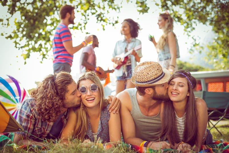 Gelukkige hipsterparen op kampeerterrein royalty-vrije stock afbeeldingen