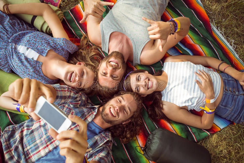 Gelukkige hipsters die pret op kampeerterrein hebben royalty-vrije stock foto