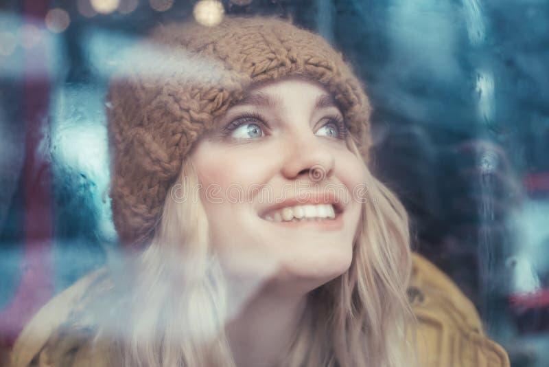 Gelukkige hipstervrouw die omhoog van busvenster kijken stock foto's