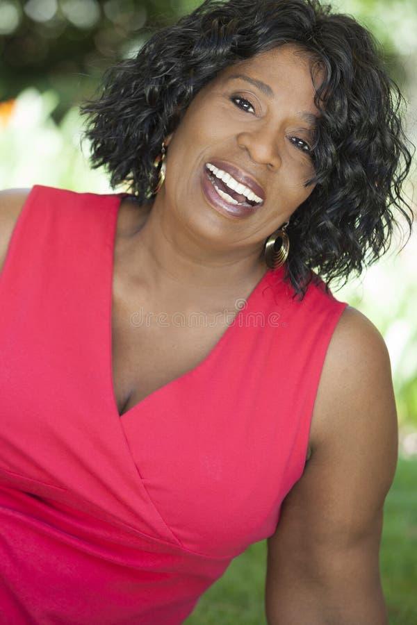 Gelukkige Hogere Afrikaanse Amerikaanse Vrouw stock fotografie