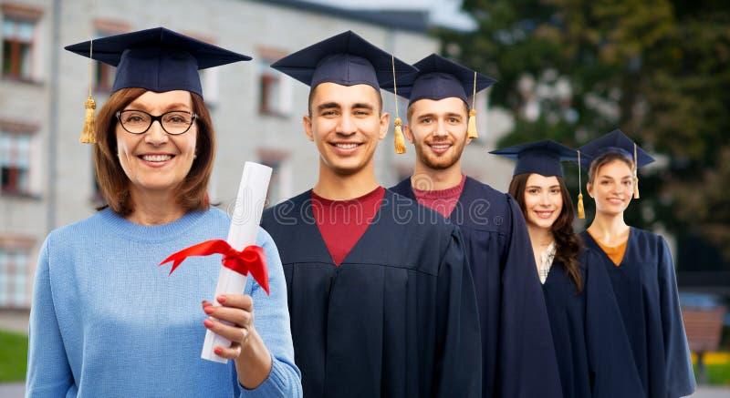 Gelukkige hogere gediplomeerde studentenvrouw met diploma stock afbeelding