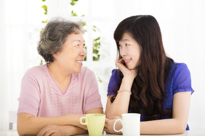 Gelukkige hogere moeder en volwassen dochter stock foto's