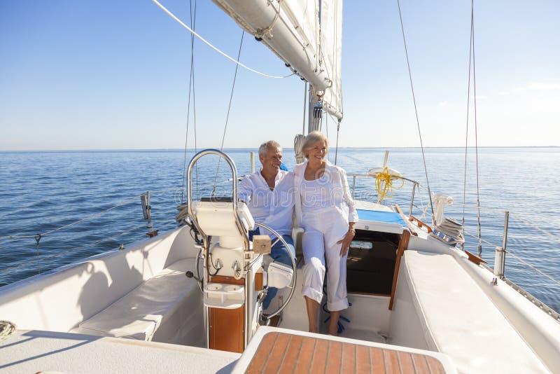 Gelukkige Hogere Paar Varende Jacht of Zeilboot stock afbeeldingen