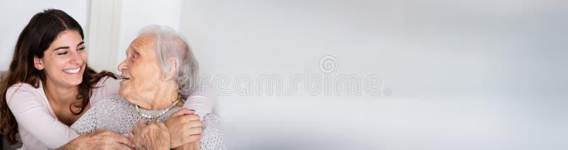 Gelukkige Hogere Vrouw en Kleindochter stock afbeeldingen