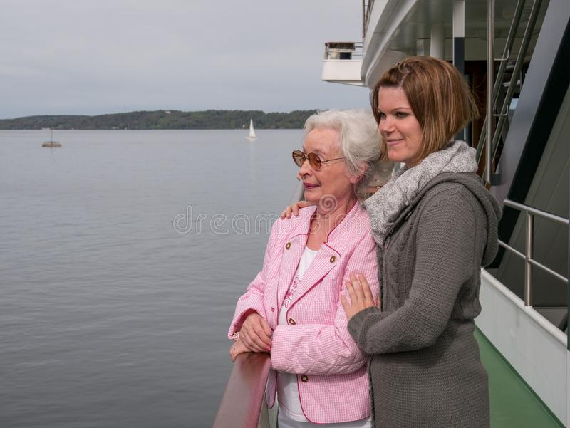 Gelukkige hogere vrouw met jonge dochter stock fotografie