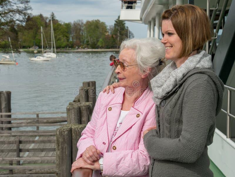 Gelukkige hogere vrouw met jonge dochter stock foto
