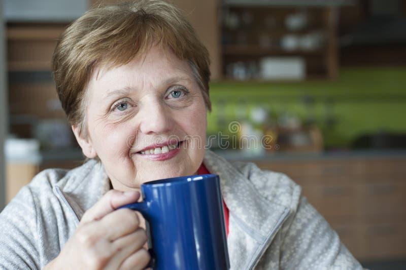 Download Gelukkige Hogere Vrouw Thuis Stock Afbeelding - Afbeelding bestaande uit medio, huis: 29504221