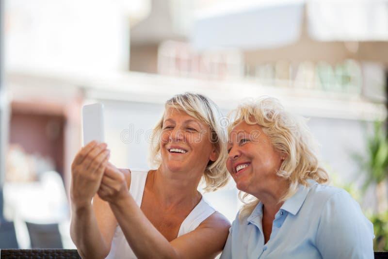 Gelukkige hogere vrouwen die mobiele selfie maken royalty-vrije stock afbeelding
