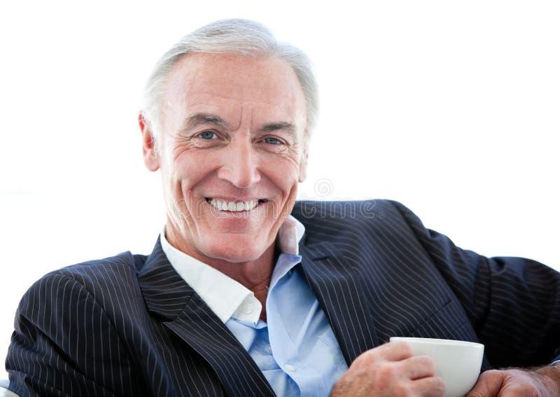Gelukkige hogere zakenman die een koffie drinkt royalty-vrije stock afbeelding
