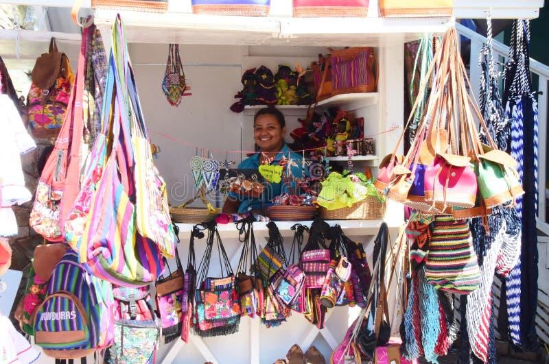 Gelukkige Honduran Vrouw die Souviners in Costa Maya Mexico verkopen royalty-vrije stock foto's