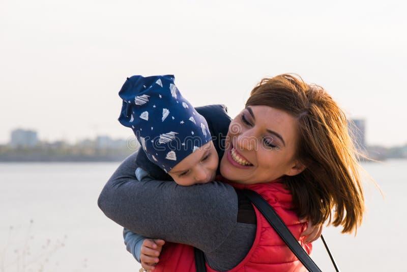Gelukkige houdende van familie Het spelen van de moeder en van het kind stock afbeeldingen