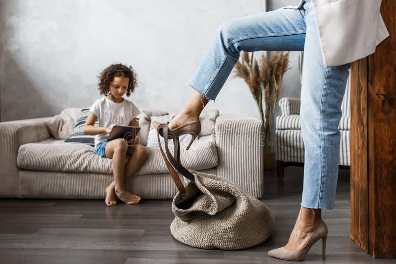 Gelukkige houdende van familie Jonge moeder en haar spel van het dochtermeisje in jonge geitjesruimte Het grappige mamma en het m royalty-vrije stock fotografie