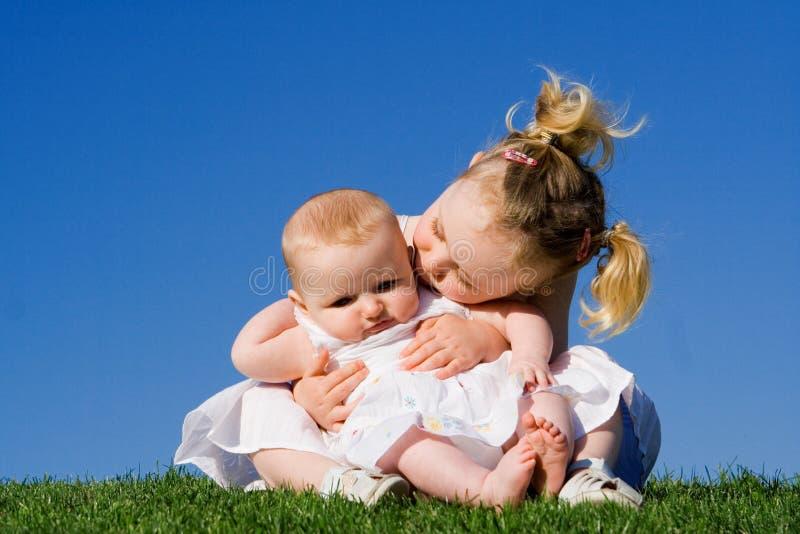 Gelukkige houdende van kinderen stock foto's