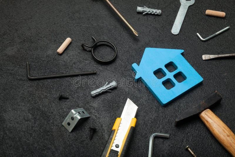 Gelukkige huisbouw, reparatieworkshop De werkbank, toolshed stock fotografie