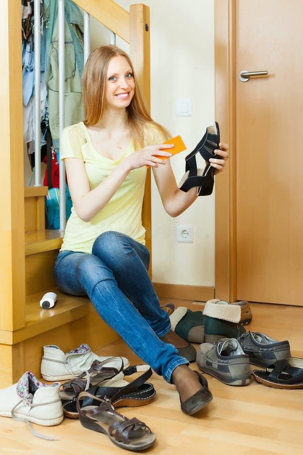 Gelukkige huisvrouw met schoenen royalty-vrije stock foto's