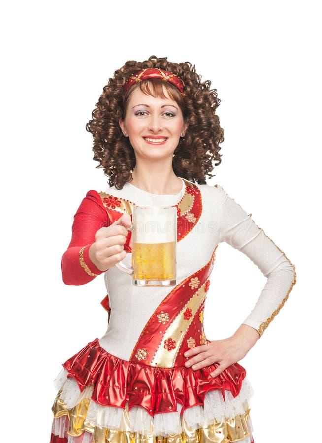 Gelukkige Ierse danser met glas bier stock fotografie