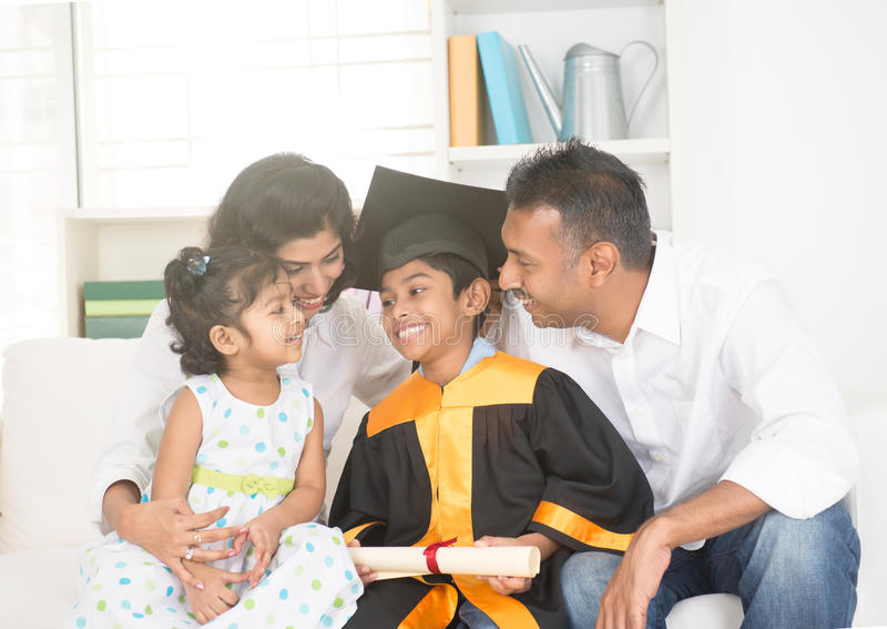 Gelukkige Indische familiegraduatie stock afbeeldingen