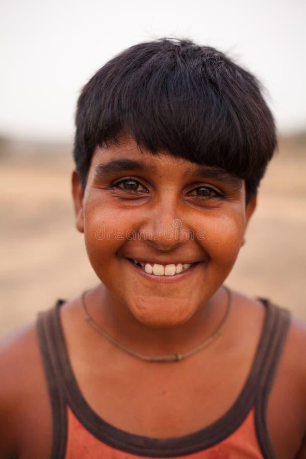 Gelukkige Indische jongen dichtbij Karauli in India stock foto