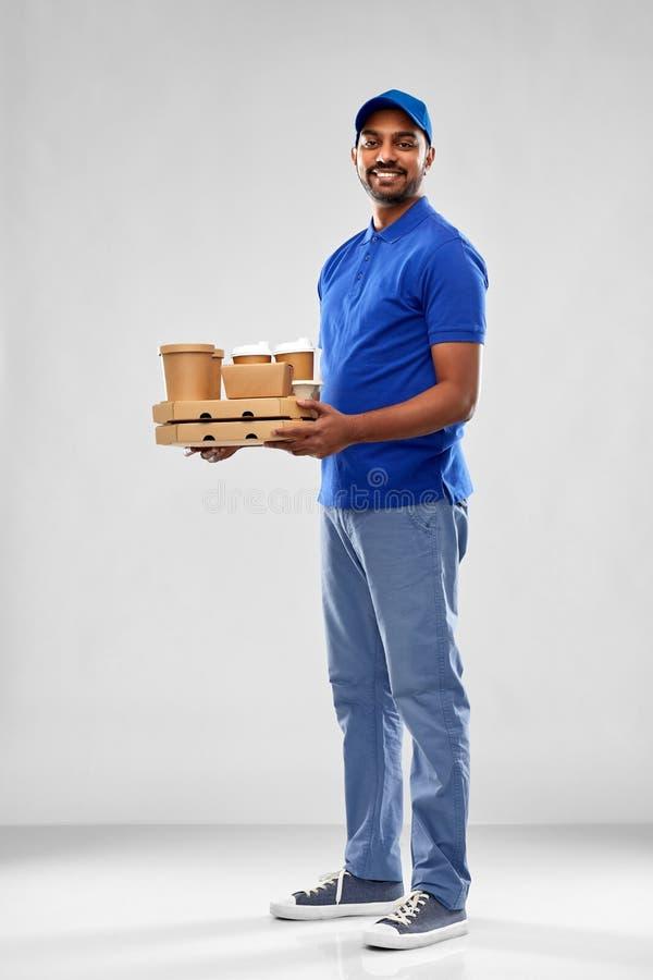 Gelukkige Indische leveringsmens met voedsel en dranken stock afbeelding