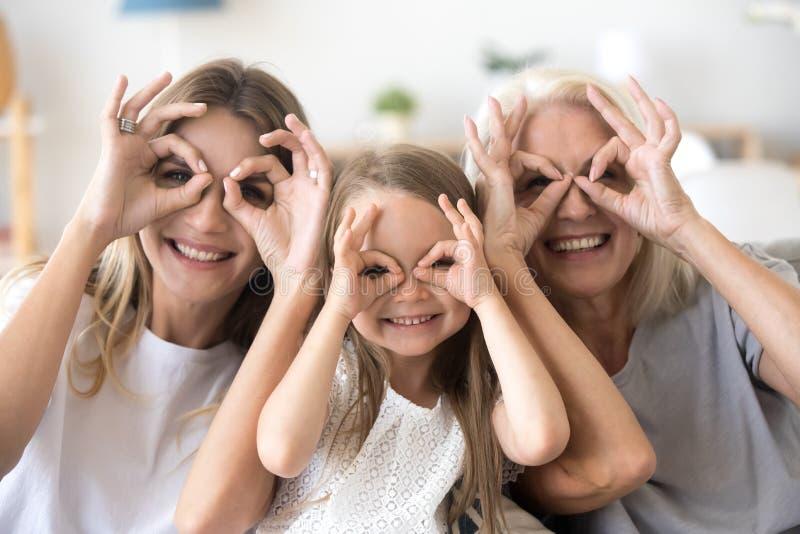 Gelukkige jong geitjekleindochter, moeder en grootmoeder die pret hebben toget royalty-vrije stock foto
