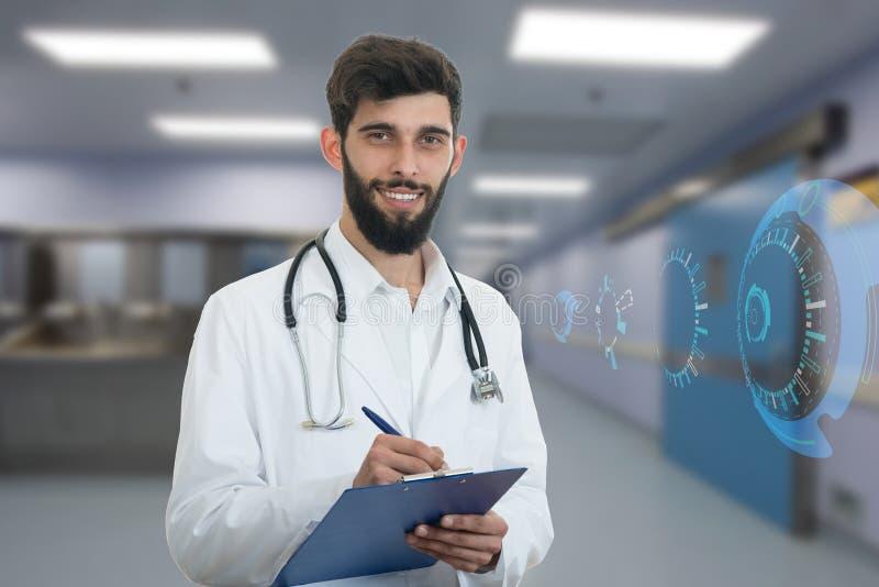Gelukkige jonge arts met baard met paperclip en medische symbolen royalty-vrije stock afbeelding