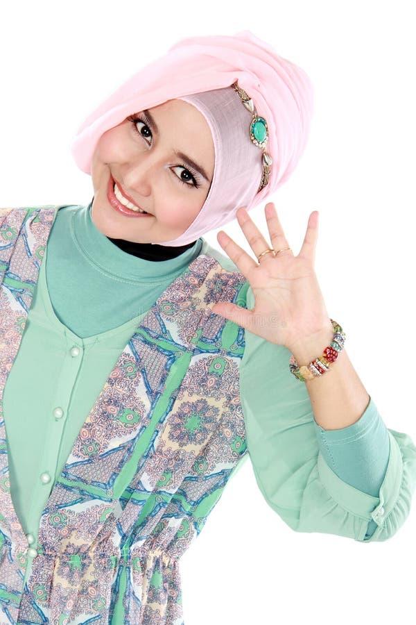 Gelukkige jonge Aziatische moslimvrouw in actie royalty-vrije stock afbeeldingen
