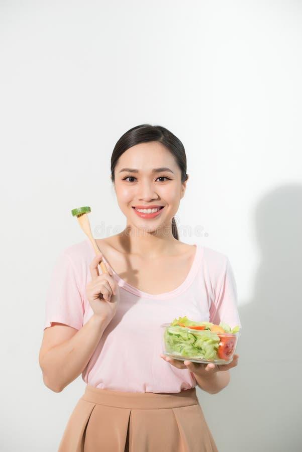 Gelukkige jonge Aziatische vrouw met verse groente en vers fruit, gezond concept stock foto's