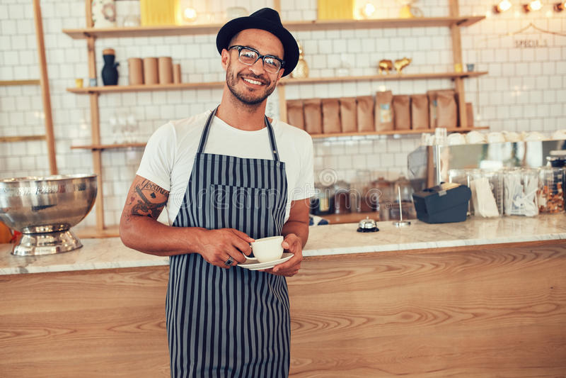 Gelukkige jonge barista op het werk royalty-vrije stock fotografie