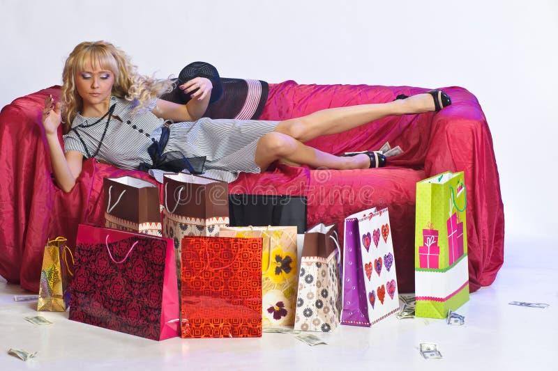 Gelukkige jonge blonde vrouw na het grote winkelen royalty-vrije stock fotografie