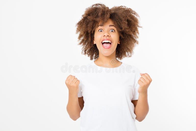 Gelukkige jonge die afrovrouw op witte achtergrond in t-shirtkleren wordt geïsoleerd De ruimte van het exemplaar Spot omhoog Witt stock foto's