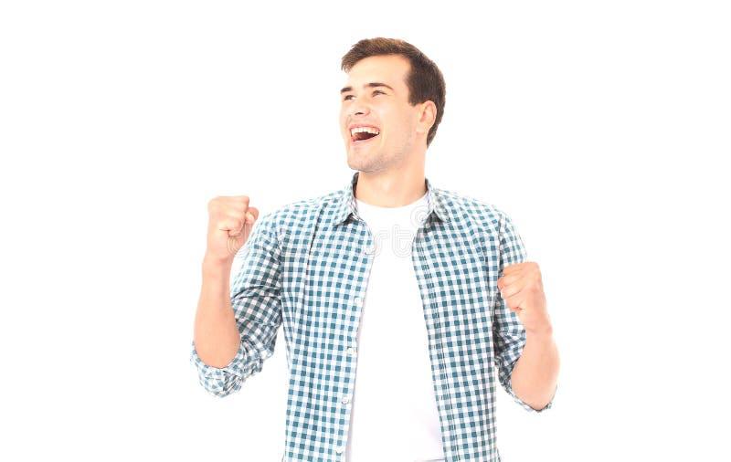 Gelukkige jonge die mens in malplaatjet-shirt op wit wordt geïsoleerd De ruimte van het exemplaar Spot omhoog Succes Het examente stock fotografie