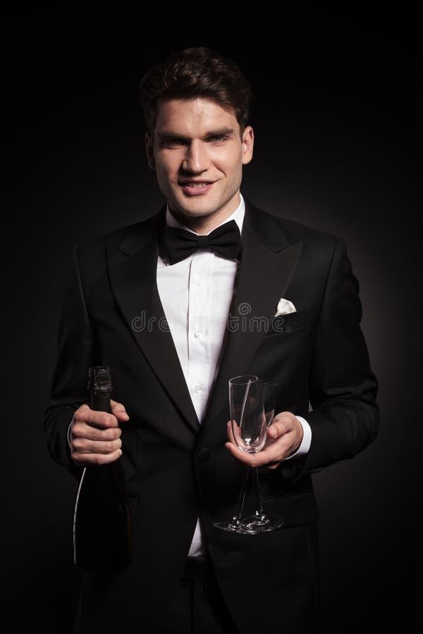 Gelukkige jonge elegante mens die aan de camera glimlachen royalty-vrije stock afbeeldingen