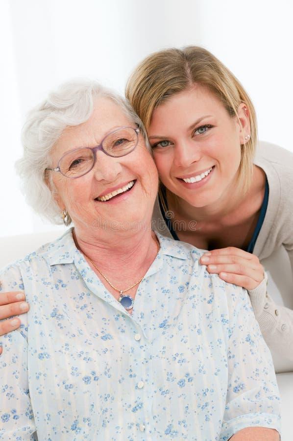 Gelukkige jonge en oude vrouwen stock foto