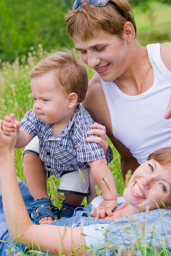 Gelukkige jonge familie stock foto's