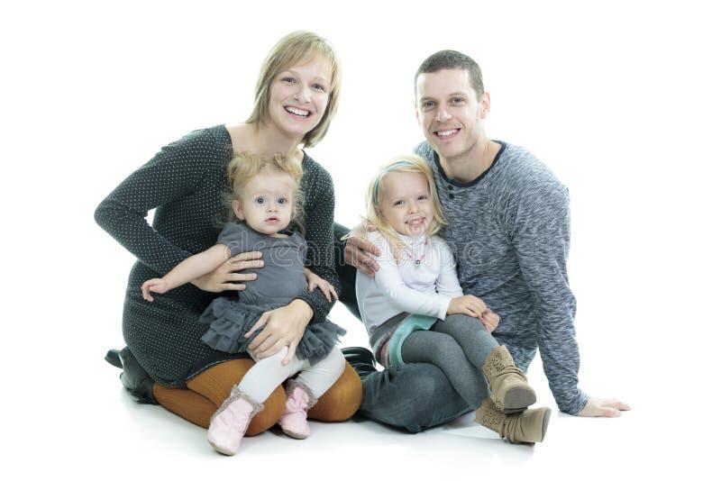 Gelukkige jonge familie die op witte achtergrond wordt geïsoleerdj royalty-vrije stock foto