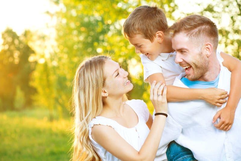 Gelukkige jonge familie die pret hebben in openlucht royalty-vrije stock afbeeldingen