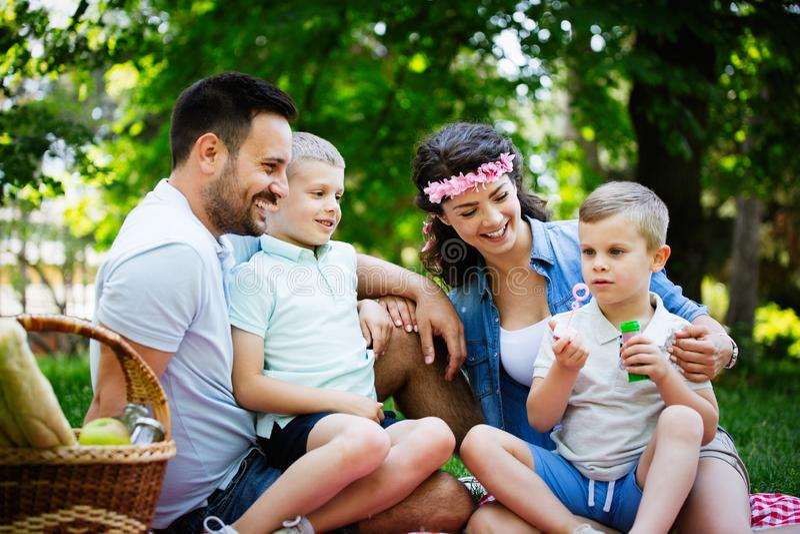 Gelukkige jonge familie die van picknick in aard genieten royalty-vrije stock fotografie