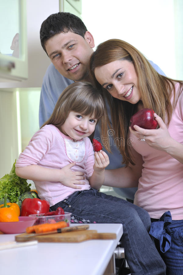 Gelukkige jonge familie in keuken royalty-vrije stock fotografie