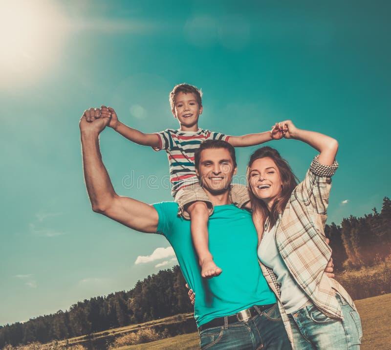 Gelukkige jonge familie in openlucht stock foto