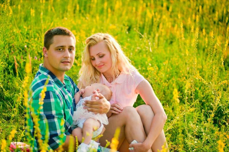 Gelukkige jonge familie in openlucht stock afbeeldingen